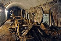 Демонтаж отслуживших свое дубовых бочек в тоннеле винзавода СаукДере
